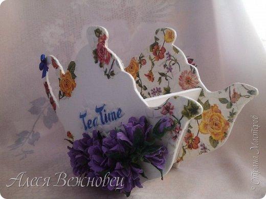 Такой чайничек я сделала для подарка подруге в День рождения. Чертеж  позаимствовала здесь http://www.liveinternet.ru/users/4673581/post386098093/ Цветы из акварельной бумаги, окрашены акриловыми красками. Использовала яичную скорлупу для кракелюра. Ну и конечно салфетки для декупажа!)  фото 3