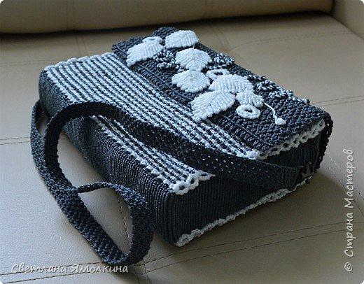 Здравствуйте, дорогие жители СМ! Сегодня показываю сумочку макраме, сплетена из пряжи Macrame YarnArt, размер в сантиметрах 28х20х7, ремешок - плетение 90 см. Плетение очень плотное, форму держит прекрасно. Настолько плотное, что не смогла ее вывернуть и пришлось помучится, чтобы пришить все остальные элементы:) фото 1