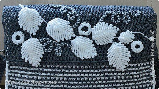 Здравствуйте, дорогие жители СМ! Сегодня показываю сумочку макраме, сплетена из пряжи Macrame YarnArt, размер в сантиметрах 28х20х7, ремешок - плетение 90 см. Плетение очень плотное, форму держит прекрасно. Настолько плотное, что не смогла ее вывернуть и пришлось помучится, чтобы пришить все остальные элементы:) фото 11