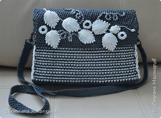 Здравствуйте, дорогие жители СМ! Сегодня показываю сумочку макраме, сплетена из пряжи Macrame YarnArt, размер в сантиметрах 28х20х7, ремешок - плетение 90 см. Плетение очень плотное, форму держит прекрасно. Настолько плотное, что не смогла ее вывернуть и пришлось помучится, чтобы пришить все остальные элементы:) фото 2