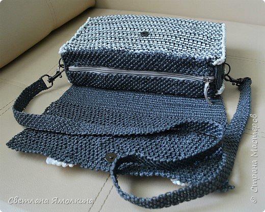 Здравствуйте, дорогие жители СМ! Сегодня показываю сумочку макраме, сплетена из пряжи Macrame YarnArt, размер в сантиметрах 28х20х7, ремешок - плетение 90 см. Плетение очень плотное, форму держит прекрасно. Настолько плотное, что не смогла ее вывернуть и пришлось помучится, чтобы пришить все остальные элементы:) фото 4