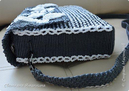 Здравствуйте, дорогие жители СМ! Сегодня показываю сумочку макраме, сплетена из пряжи Macrame YarnArt, размер в сантиметрах 28х20х7, ремешок - плетение 90 см. Плетение очень плотное, форму держит прекрасно. Настолько плотное, что не смогла ее вывернуть и пришлось помучится, чтобы пришить все остальные элементы:) фото 5