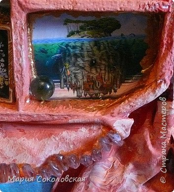"""Здравствуйте дорогие жители Страны Мастеров! Сегодня приглашаю Вас в очередное путешествие по волшебному миру, на этот раз волшебных городов! Панно """"Рыба-город"""" (размер 75х75 см) выполнено в смешанной технике, опять в дуэте с прекрасной поэтессой Konstarina. Эту работу я сделала для себя, основной замысел - мой любимый Сюрреализм, парадоксальное сочетание форм, здесь представлены работы знаменитых художников и иллюстраторов, таких как Рене Магритт, Яцек Йерка, Геннадий Приведенцев, Томас Щетовски, Алекс Фишгойт... Приятного путешествия! фото 17"""