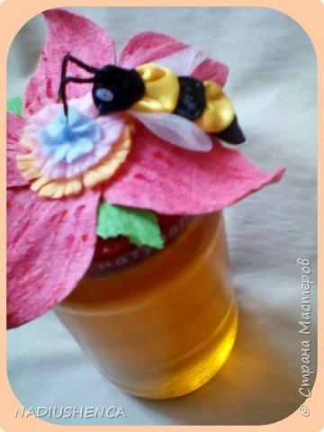 Приятно дарить подарки и гостиницы.Одним из замечательных видов гостинцев,по моему мнению, является  мёд! Вот придумала , как оформить крышечки на баночки с медом... Всем ,кому уже  подарила такие баночки,остались очень довольны. А мне радостно! фото 2