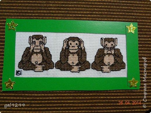 """Это известная троица обезьян. Вышивка оформлена в картон и украшена вырубками """"Звездочки"""". фото 1"""