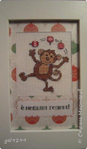 """Это известная троица обезьян. Вышивка оформлена в картон и украшена вырубками """"Звездочки"""". фото 9"""
