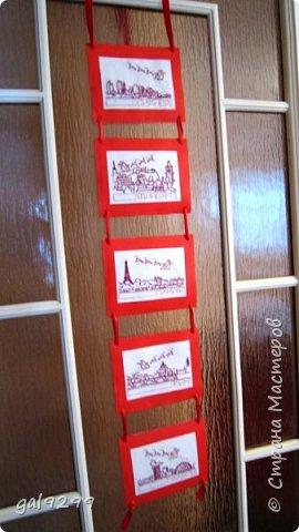 Такими вышивками украшаю двери на новогодние праздники.  Схемы брались из приложения к журналу Cross Stitch. Оформлены красную бумагу. Использовались нитки мулине металлик и бордового цвета. фото 2
