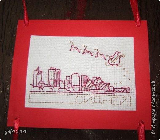 Такими вышивками украшаю двери на новогодние праздники.  Схемы брались из приложения к журналу Cross Stitch. Оформлены красную бумагу. Использовались нитки мулине металлик и бордового цвета. фото 3