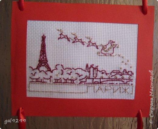 Такими вышивками украшаю двери на новогодние праздники.  Схемы брались из приложения к журналу Cross Stitch. Оформлены красную бумагу. Использовались нитки мулине металлик и бордового цвета. фото 5