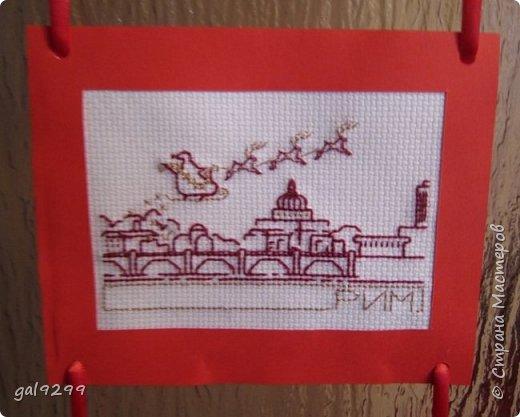 Такими вышивками украшаю двери на новогодние праздники.  Схемы брались из приложения к журналу Cross Stitch. Оформлены красную бумагу. Использовались нитки мулине металлик и бордового цвета. фото 6