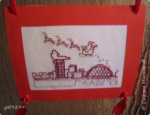 Такими вышивками украшаю двери на новогодние праздники.  Схемы брались из приложения к журналу Cross Stitch. Оформлены красную бумагу. Использовались нитки мулине металлик и бордового цвета. фото 7