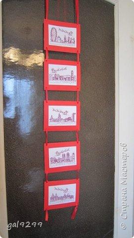 Такими вышивками украшаю двери на новогодние праздники.  Схемы брались из приложения к журналу Cross Stitch. Оформлены красную бумагу. Использовались нитки мулине металлик и бордового цвета. фото 1