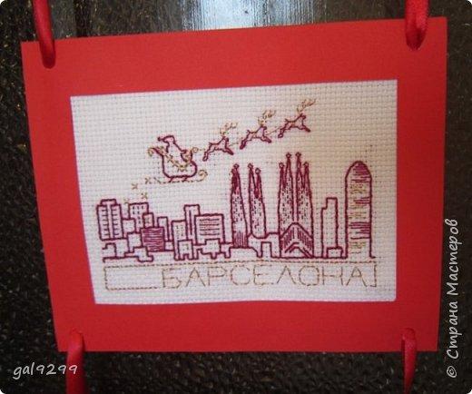 Такими вышивками украшаю двери на новогодние праздники.  Схемы брались из приложения к журналу Cross Stitch. Оформлены красную бумагу. Использовались нитки мулине металлик и бордового цвета. фото 12