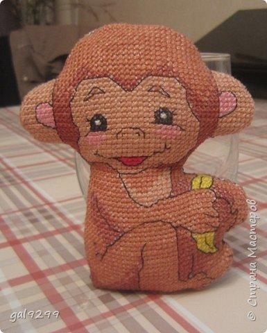 """Это известная троица обезьян. Вышивка оформлена в картон и украшена вырубками """"Звездочки"""". фото 11"""