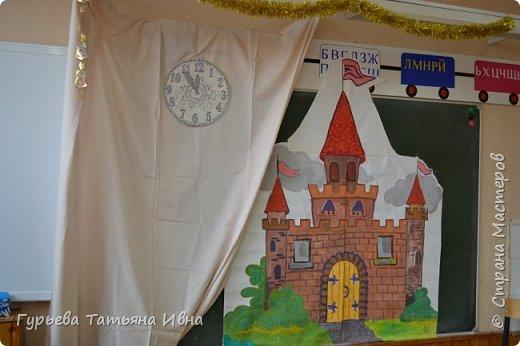 Декор к спектаклю в классе. Часы мои, замок рисовали вдвоем еще с одной мамочкой.
