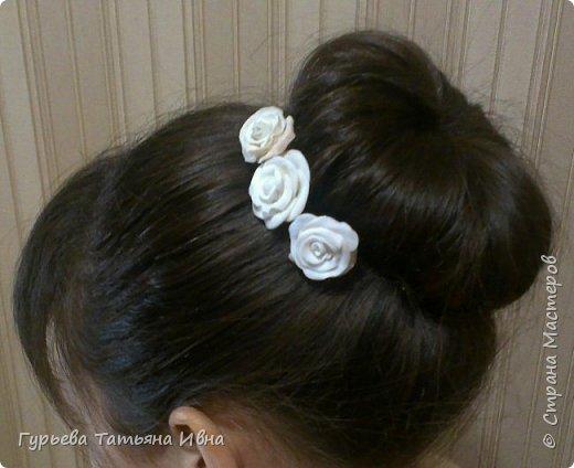 Декор шпилек для волос розами из запекаемой полимерной глины. Самая верхняя немного подрумянилась...