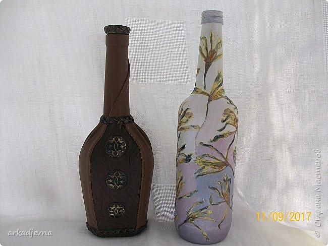 Здравствуйте, дорогие Мастера и Мастерицы!!!!!! Пошла у меня в последнее время стеклотара, вот две новые бутылочки. Одна декорирована кожей и пуговичками, белая декорирована сухими цветами крокусов и тонирована красками.. Это одна сторона бутылочек. фото 1
