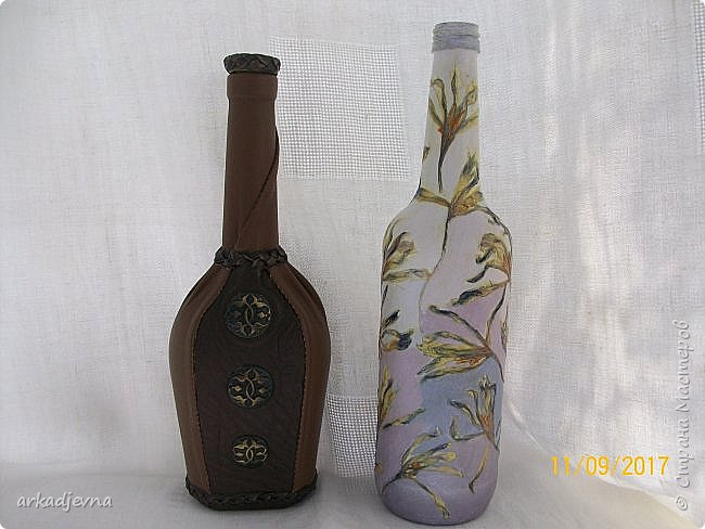 Здравствуйте, дорогие Мастера и Мастерицы!!!!!! Пошла у меня в последнее время стеклотара, вот две новые бутылочки. Одна декорирована кожей и пуговичками, белая декорирована сухими цветами крокусов и тонирована красками.. Это одна сторона бутылочек. фото 11