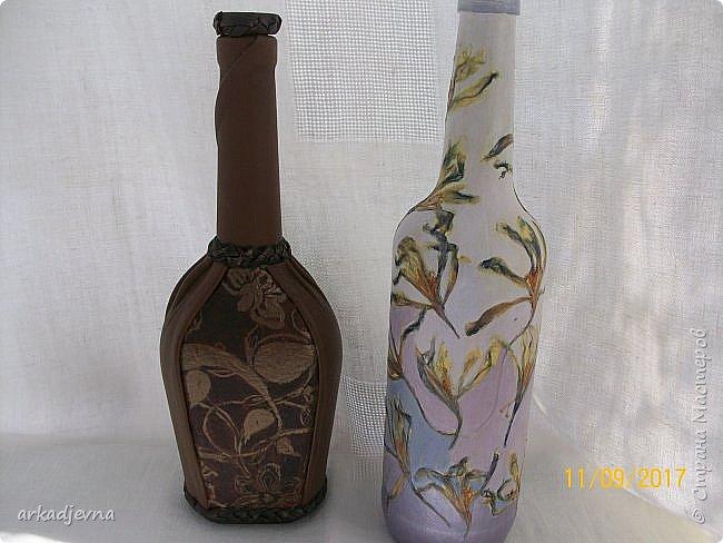 Здравствуйте, дорогие Мастера и Мастерицы!!!!!! Пошла у меня в последнее время стеклотара, вот две новые бутылочки. Одна декорирована кожей и пуговичками, белая декорирована сухими цветами крокусов и тонирована красками.. Это одна сторона бутылочек. фото 2