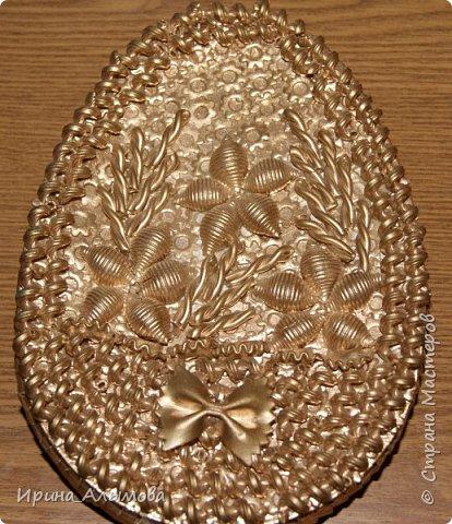 Шкатулка в форме яйца декорирована макаронами