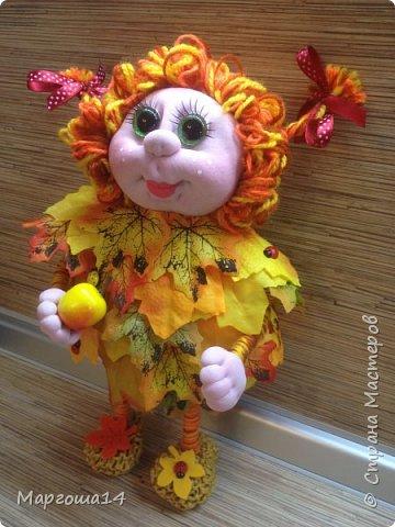 Здравствуйте,Страна Мастеров!!! Решила сотворить куколку для улучшения осеннего настроения( на улице дождь и пасмурно). Вот такая солнечная Осень появилась у меня)))Глазки специально сделала зелёными,как листики,которым ещё предстоит поменять свой цвет. фото 4
