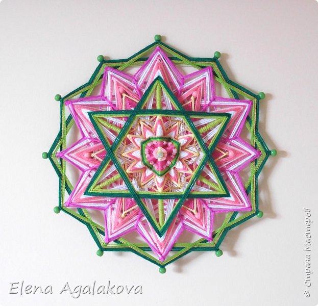 Продолжаю плести мандалы-чакры. Четвертая, сердечная чакра-мандала — Анахата. Чакра расположена параллельно сердцу, в центре тела. Цвета: зеленый и розовый. Символически изображается в виде лотоса с 12-ю лепестками внутри которого находится шестиконечная звезда.  фото 4