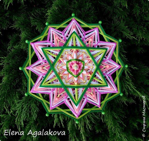 Продолжаю плести мандалы-чакры. Четвертая, сердечная чакра-мандала — Анахата. Чакра расположена параллельно сердцу, в центре тела. Цвета: зеленый и розовый. Символически изображается в виде лотоса с 12-ю лепестками внутри которого находится шестиконечная звезда.  фото 1