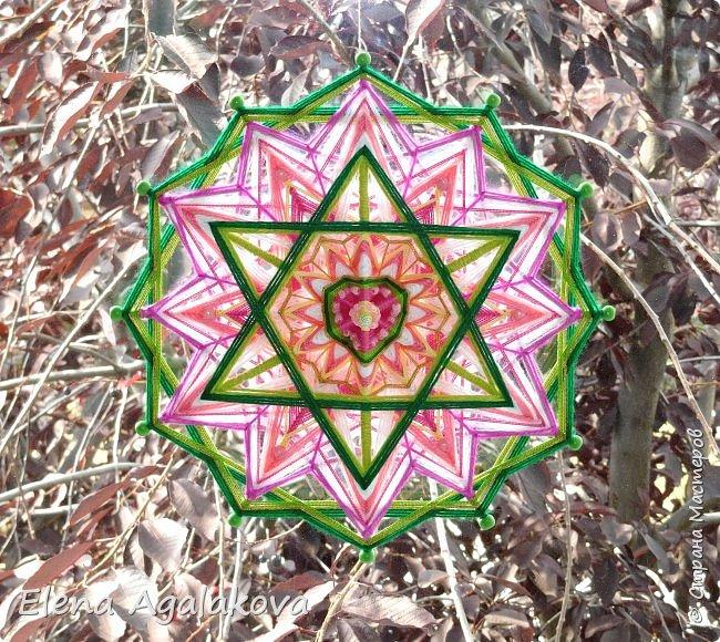 Продолжаю плести мандалы-чакры. Четвертая, сердечная чакра-мандала — Анахата. Чакра расположена параллельно сердцу, в центре тела. Цвета: зеленый и розовый. Символически изображается в виде лотоса с 12-ю лепестками внутри которого находится шестиконечная звезда.  фото 2