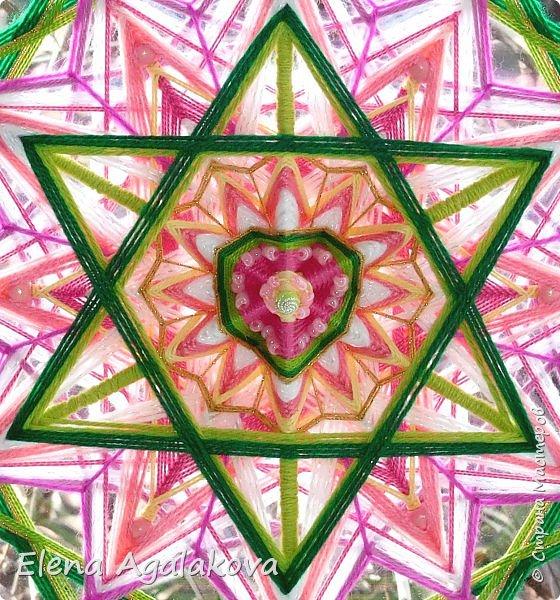 Продолжаю плести мандалы-чакры. Четвертая, сердечная чакра-мандала — Анахата. Чакра расположена параллельно сердцу, в центре тела. Цвета: зеленый и розовый. Символически изображается в виде лотоса с 12-ю лепестками внутри которого находится шестиконечная звезда.  фото 3