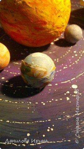 Вот что получилось. За основу взята крышка из-под коробки чайного сервиза. Покрашена гуашью, контуры орбит сделаны контуром по стеклу и керамике. Планеты- из попрыгунчиков разного размера. Солнце - небольшой мячик. Планеты покрашены сначала клеем ПВА, потом гуашевыми красками. Прикреплено на основу с помощью шурупов. Вот такая идея воплощена за два захода. Приятного просмотра. фото 3