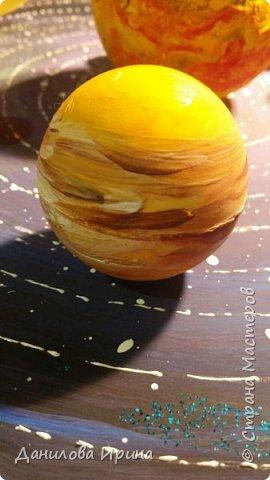 Вот что получилось. За основу взята крышка из-под коробки чайного сервиза. Покрашена гуашью, контуры орбит сделаны контуром по стеклу и керамике. Планеты- из попрыгунчиков разного размера. Солнце - небольшой мячик. Планеты покрашены сначала клеем ПВА, потом гуашевыми красками. Прикреплено на основу с помощью шурупов. Вот такая идея воплощена за два захода. Приятного просмотра. фото 5