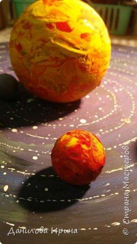 Вот что получилось. За основу взята крышка из-под коробки чайного сервиза. Покрашена гуашью, контуры орбит сделаны контуром по стеклу и керамике. Планеты- из попрыгунчиков разного размера. Солнце - небольшой мячик. Планеты покрашены сначала клеем ПВА, потом гуашевыми красками. Прикреплено на основу с помощью шурупов. Вот такая идея воплощена за два захода. Приятного просмотра. фото 6