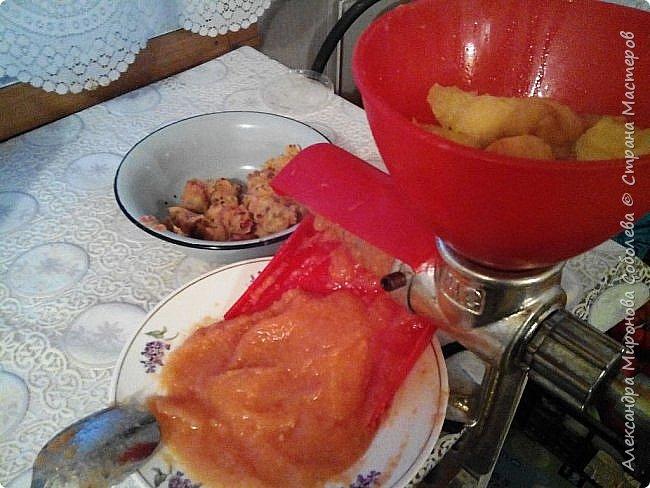 """Добрый день или вечер Мастера и Мастерицы! Жаркая пора (на кухне) еще не закончилась, борьба с урожаем в полном разгаре, а посему решила с вами поделиться моим рецептом приготовления яблочного пюре. В наше детство было такое """"Яблоки протертые с сахаром"""" - получается что то наподобие. А это моя любимая помощница - ручная соковыжималка МОТОР СИЧ СБЧ-1 ручная шнековая. Лет ей наверное больше двадцати, но видела, такие продаются. Купите не пожалеете. Есть у меня и электрическая, но она для сока из твердых сортов яблок, а из помидорчиков и для пюре  - эта не заменима. фото 1"""