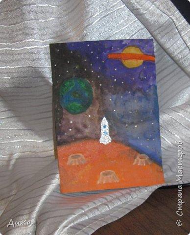 Всем привет! Сегодня хочу вам показать открытку, которую я сделала для своего одноклассника.  Меня в классе выбрали культурным сектором, потому что только я одна хожу на ИЗО кружок. И в мои обязанности входит выпускать плакаты, следить за стендом, поделки интересные и мне доверили делать каждому однокласснику открытку на день рождения.  Открытка для мальчика. Он любит ракеты и корабли. Я нарисовала космос с планетами акварельными красками. Космическую ракету вырезала из картона и заклеила яичной скорлупой. Потом покрасила серебристой акриловой краской. Потом приклеила на готовый рисунок фото 1