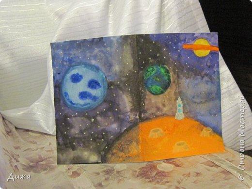Всем привет! Сегодня хочу вам показать открытку, которую я сделала для своего одноклассника.  Меня в классе выбрали культурным сектором, потому что только я одна хожу на ИЗО кружок. И в мои обязанности входит выпускать плакаты, следить за стендом, поделки интересные и мне доверили делать каждому однокласснику открытку на день рождения.  Открытка для мальчика. Он любит ракеты и корабли. Я нарисовала космос с планетами акварельными красками. Космическую ракету вырезала из картона и заклеила яичной скорлупой. Потом покрасила серебристой акриловой краской. Потом приклеила на готовый рисунок фото 11