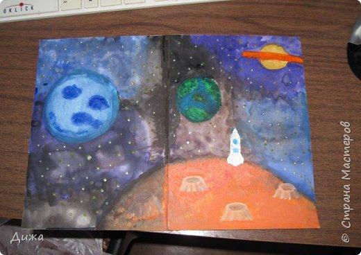 Всем привет! Сегодня хочу вам показать открытку, которую я сделала для своего одноклассника.  Меня в классе выбрали культурным сектором, потому что только я одна хожу на ИЗО кружок. И в мои обязанности входит выпускать плакаты, следить за стендом, поделки интересные и мне доверили делать каждому однокласснику открытку на день рождения.  Открытка для мальчика. Он любит ракеты и корабли. Я нарисовала космос с планетами акварельными красками. Космическую ракету вырезала из картона и заклеила яичной скорлупой. Потом покрасила серебристой акриловой краской. Потом приклеила на готовый рисунок фото 12