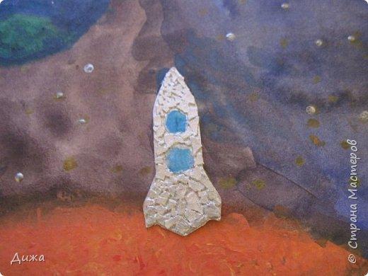 Всем привет! Сегодня хочу вам показать открытку, которую я сделала для своего одноклассника.  Меня в классе выбрали культурным сектором, потому что только я одна хожу на ИЗО кружок. И в мои обязанности входит выпускать плакаты, следить за стендом, поделки интересные и мне доверили делать каждому однокласснику открытку на день рождения.  Открытка для мальчика. Он любит ракеты и корабли. Я нарисовала космос с планетами акварельными красками. Космическую ракету вырезала из картона и заклеила яичной скорлупой. Потом покрасила серебристой акриловой краской. Потом приклеила на готовый рисунок фото 9