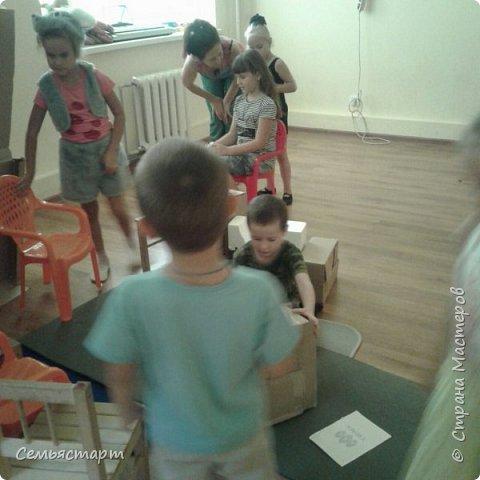 Дети сами строят декорацию - теремок для спектакля, в теремке есть все необходимое: печка, стол, холодильник, мусорка, дрова и тесто... А также делают прическу - ушки лисе, костюм для мышки, вобщем, играют, входят в образ.  фото 1