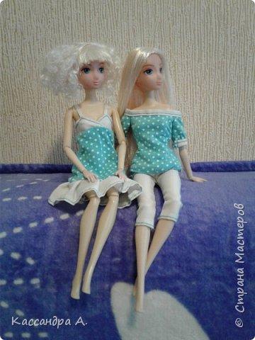 Всем привет. Хочу поделится с вами новыми одеждами для моих кукол! Одежда оформлена в одной цветовой гамме, но отличается даже от прошлого бело-золотого комплекта. Нитки я брала голубые, цветной шов на белой ткани неплохо смотится. фото 5
