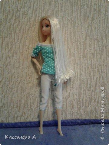Всем привет. Хочу поделится с вами новыми одеждами для моих кукол! Одежда оформлена в одной цветовой гамме, но отличается даже от прошлого бело-золотого комплекта. Нитки я брала голубые, цветной шов на белой ткани неплохо смотится. фото 2
