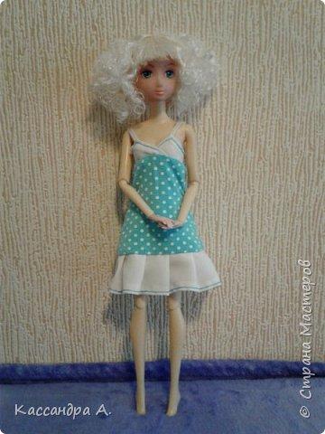 Всем привет. Хочу поделится с вами новыми одеждами для моих кукол! Одежда оформлена в одной цветовой гамме, но отличается даже от прошлого бело-золотого комплекта. Нитки я брала голубые, цветной шов на белой ткани неплохо смотится. фото 3