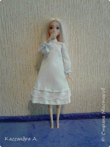 Всем привет. Хочу поделится с вами новыми одеждами для моих кукол! Одежда оформлена в одной цветовой гамме, но отличается даже от прошлого бело-золотого комплекта. Нитки я брала голубые, цветной шов на белой ткани неплохо смотится. фото 9