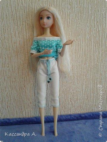 Всем привет. Хочу поделится с вами новыми одеждами для моих кукол! Одежда оформлена в одной цветовой гамме, но отличается даже от прошлого бело-золотого комплекта. Нитки я брала голубые, цветной шов на белой ткани неплохо смотится. фото 6