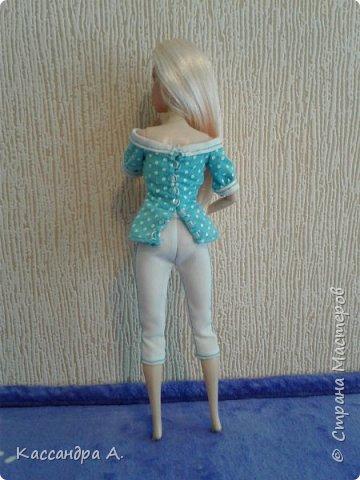 Всем привет. Хочу поделится с вами новыми одеждами для моих кукол! Одежда оформлена в одной цветовой гамме, но отличается даже от прошлого бело-золотого комплекта. Нитки я брала голубые, цветной шов на белой ткани неплохо смотится. фото 7