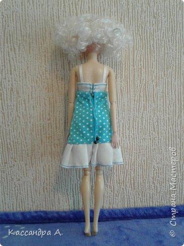 Всем привет. Хочу поделится с вами новыми одеждами для моих кукол! Одежда оформлена в одной цветовой гамме, но отличается даже от прошлого бело-золотого комплекта. Нитки я брала голубые, цветной шов на белой ткани неплохо смотится. фото 8