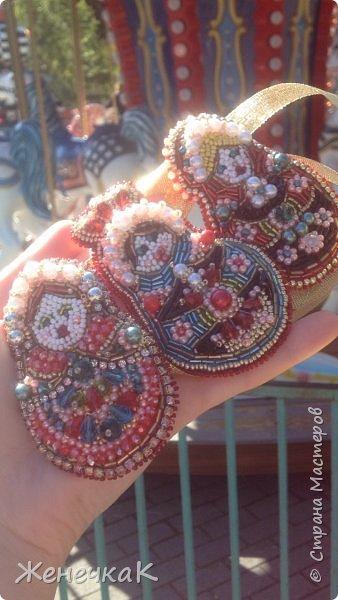 Вышились такие красавицы матрешки. Это брошечки. Можно носить все вместе как оригинальное колье! фото 9