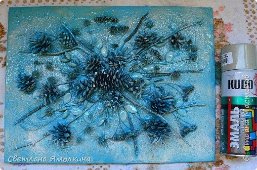 И снова, здравствуйте! Сегодня я с террой из природных материалов, размер работы 30х40 см. В работе использовала: рамку для фотографий; песок; клей ПВА; шпатлевку; сухой природный материал (веточки, палочки, траву, скорлупки от фисташек, тыквенные семечки, шишки); краску (спрей) голубую и серую; белый акриловый грунт (можно заменить на акриловую краску); матовый акриловый лак (спрей). фото 11
