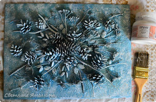 И снова, здравствуйте! Сегодня я с террой из природных материалов, размер работы 30х40 см. В работе использовала: рамку для фотографий; песок; клей ПВА; шпатлевку; сухой природный материал (веточки, палочки, траву, скорлупки от фисташек, тыквенные семечки, шишки); краску (спрей) голубую и серую; белый акриловый грунт (можно заменить на акриловую краску); матовый акриловый лак (спрей). фото 12