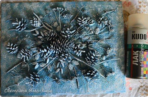 И снова, здравствуйте! Сегодня я с террой из природных материалов, размер работы 30х40 см. В работе использовала: рамку для фотографий; песок; клей ПВА; шпатлевку; сухой природный материал (веточки, палочки, траву, скорлупки от фисташек, тыквенные семечки, шишки); краску (спрей) голубую и серую; белый акриловый грунт (можно заменить на акриловую краску); матовый акриловый лак (спрей). фото 13