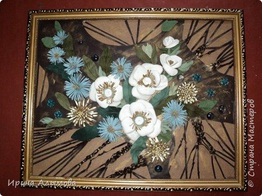 Картина из натуральной кожи, фон с элементами макраме. Декорирована стеклянными каплями и акриловыми цветами. Серединки белых цветов присыпаны полупрозрачными голубыми блестками фото 1